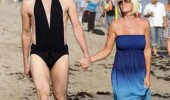 jim carrey walking beach swim suit costume not known giver of fucks funny pics pictures pic picture image photo images photos lol