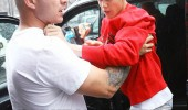justin beiber attacking photographer hold on put little beibs in car seat funny pics pictures pic picture image photo images photos lol